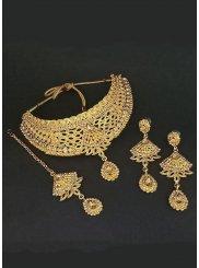 Kundan Necklace Set in Gold